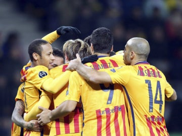 Los jugadores del Barcelona celebran el primer gol de Rakitic