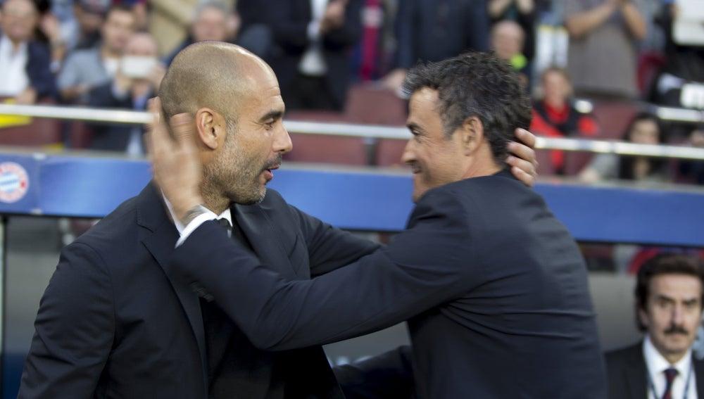 Guardiola y Luis Enrique se saludan antes de comenzar el partido