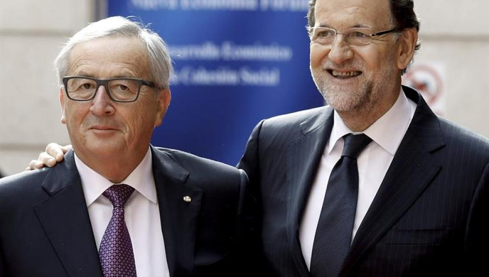 Rajoy posa con Junker.