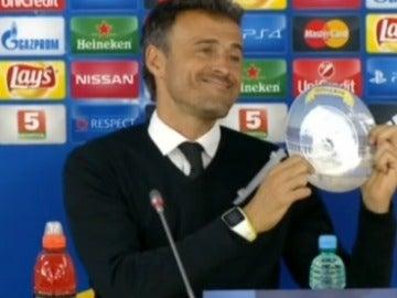 Luis Enrique sostiene un plato en la sala de prensa