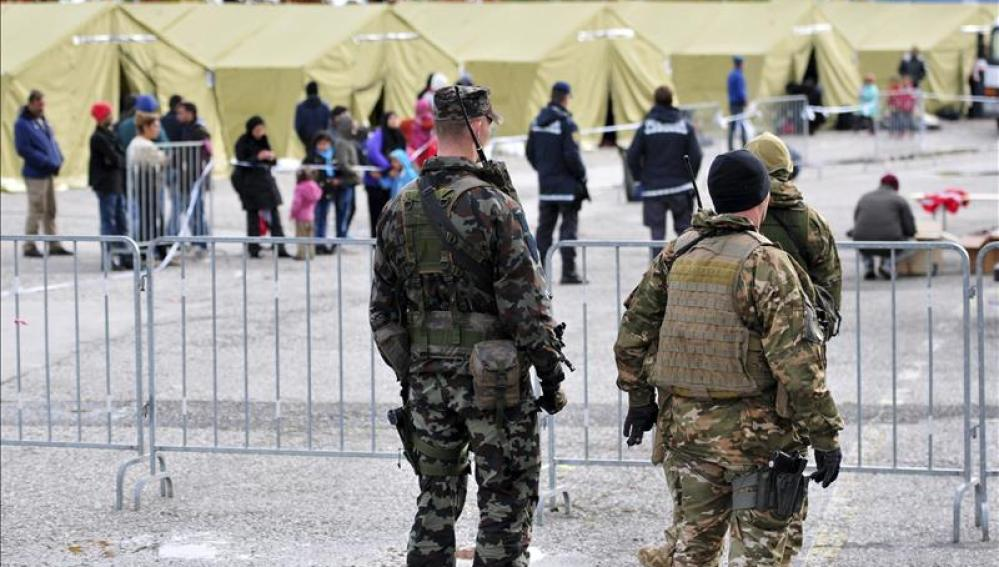 Soldados eslovenos hacen guardia en un centro para refugiados