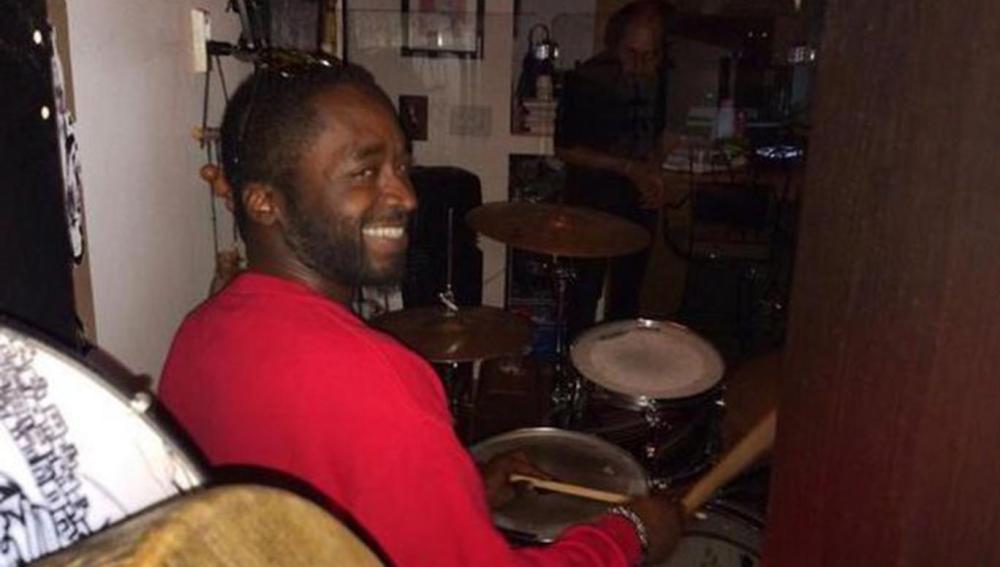 Corey Jones, tocando la batería