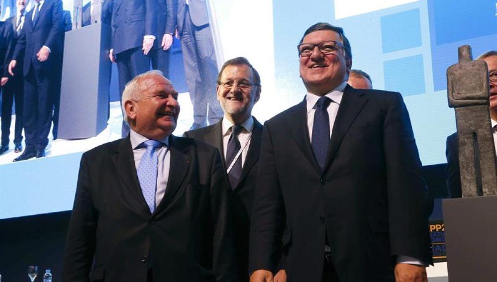 Mariano Rajoy, junto al expresidente de la CE, José Manuel Durao Barroso, y el presidente del PPE, Joseph Daul