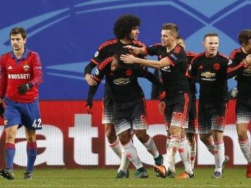 El United festeja el gol de Martial