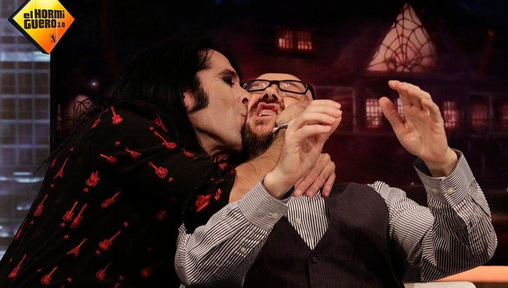 Mario Vaquerizo besa a Santiago Segura