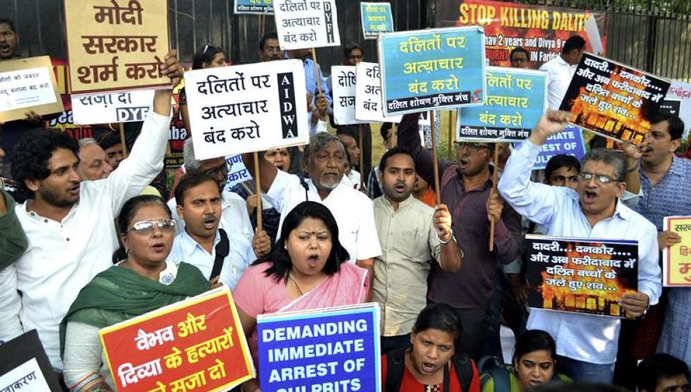 Miles de intocables indios exigen justicia tras la muerte de dos niños