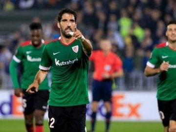 Raúl García celebra su gol contra el Partizán