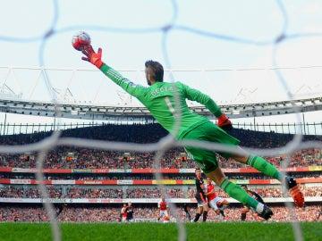 David de Gea realiza una parada contra el Arsenal