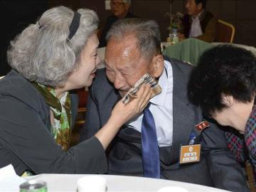 Familiares reencontrados en Corea.