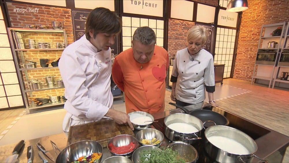 Álex, Montse y Sergio tienen que hacer un plato con salmón, turrón, salchichón, ciruelas y crestas de gallo en la última oportunidad