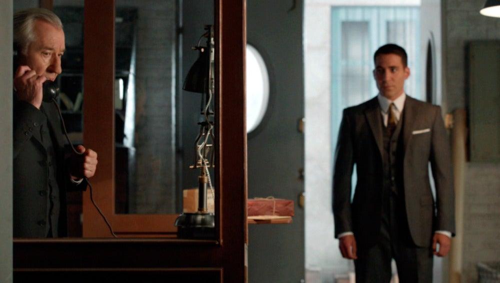 Emilio llama a la policía ante la mirada perdida de Alberto