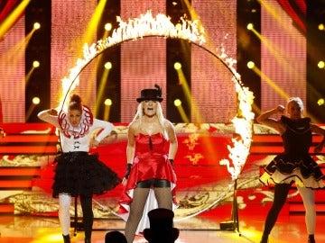 Silvia Abril sube la temperatura del escenario cantando 'Womanizer', de Britney Spears