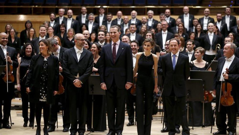 Los Reyes posan junto a la orquesta tras el tradicional Concierto de los Premios Princesa de Asturias