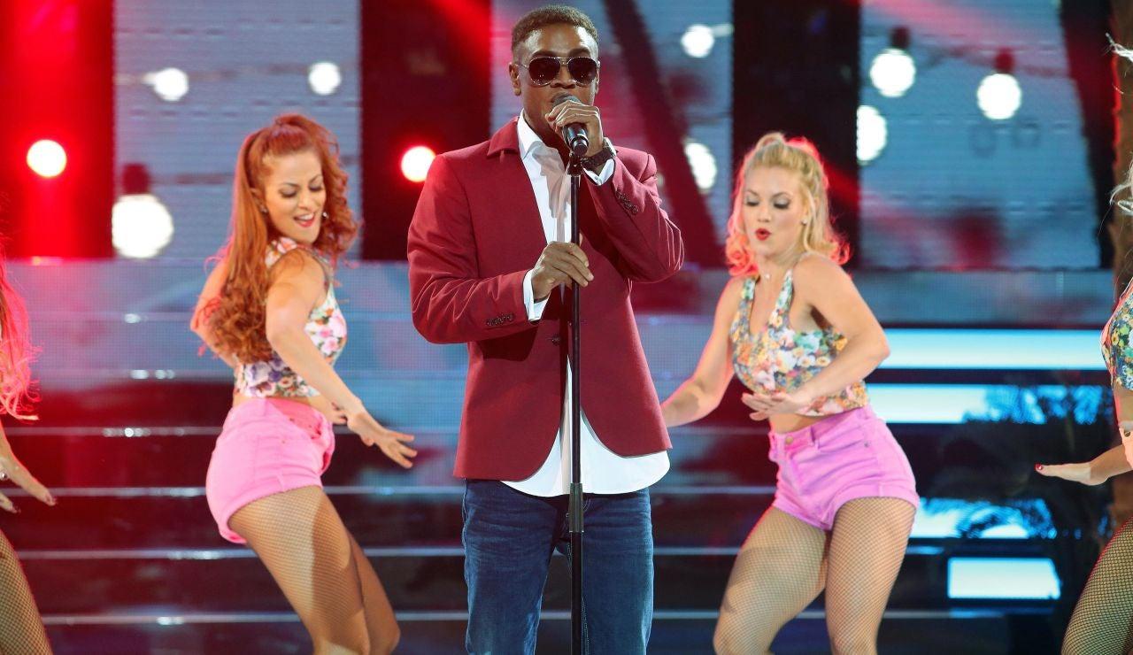 Adrían Rodríguez anima al público del plató cantando 'Cheerleader', de Omi
