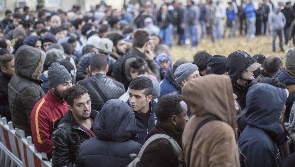 Refugiados esperan ante la oficina de Sanidad y Asuntos Sociales en Berlín
