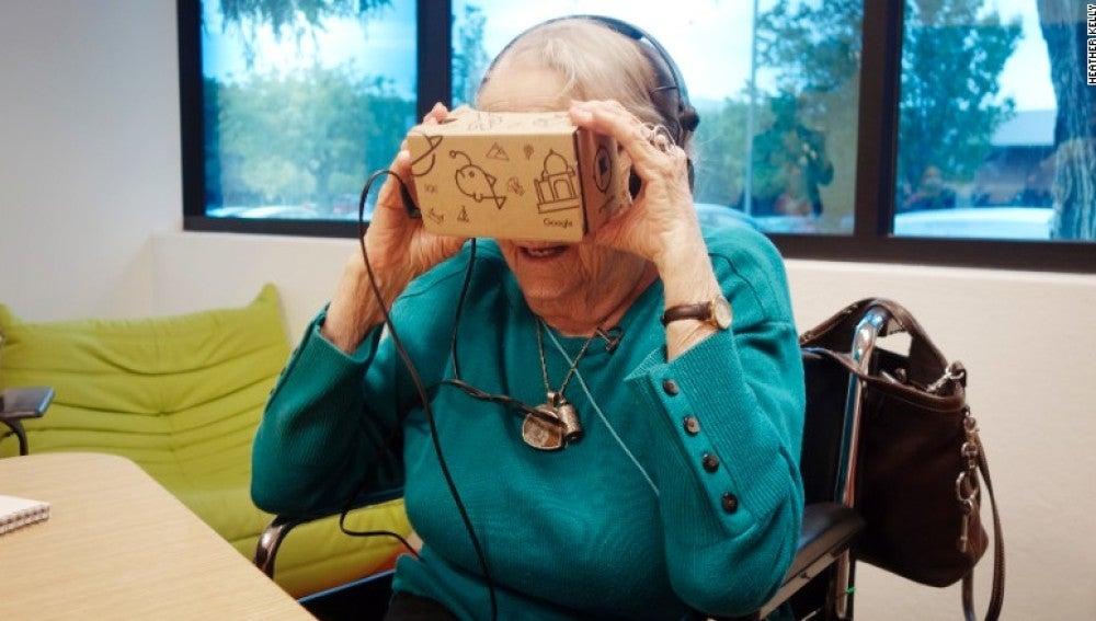 La anciana, durante su visita a la sede de Google