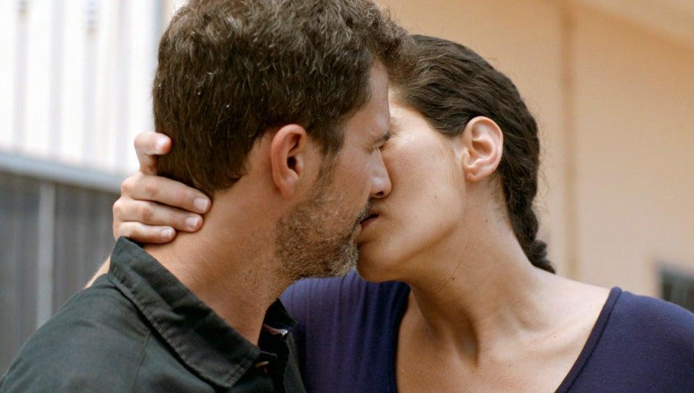 Lola besa a Héctor