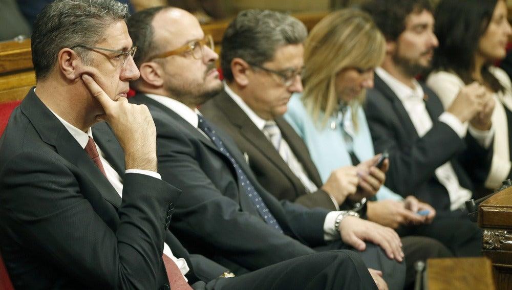 Xavier Garcia Albiol, junto a diputados de su partido, el PP de Cataluña