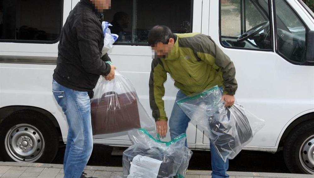 La Guardia Civil traslada un maletín y una pequeña caja fuerte a los juzgados