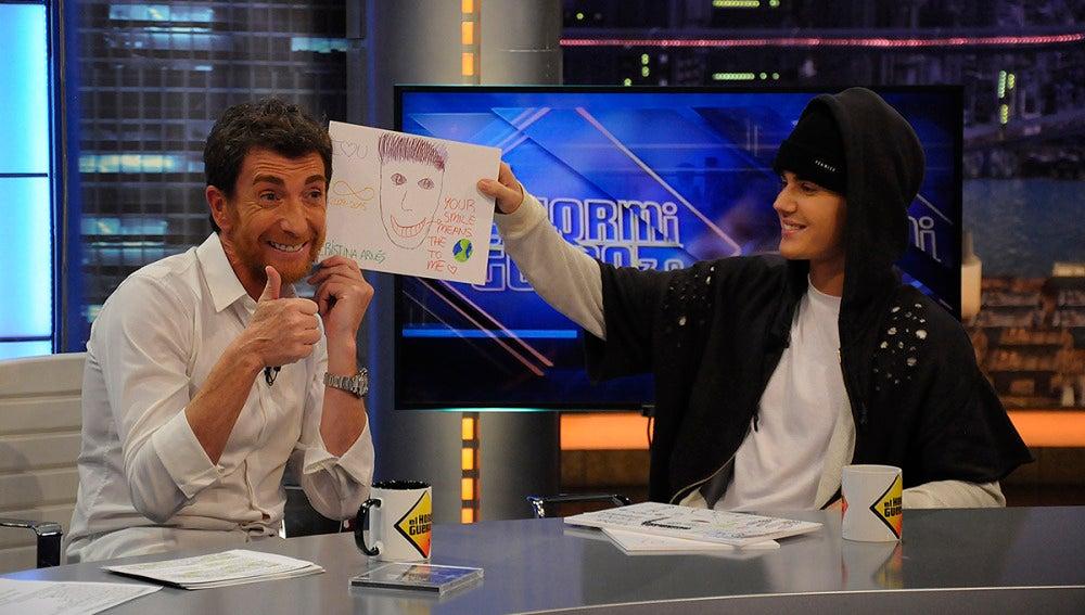 Justin Bieber ve los dibujos de sus fans