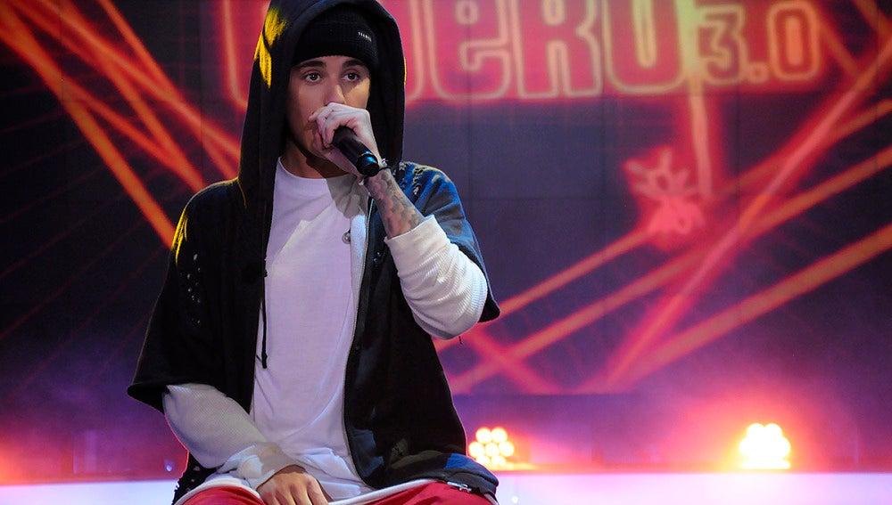 Justin Bieber canta para sus fans