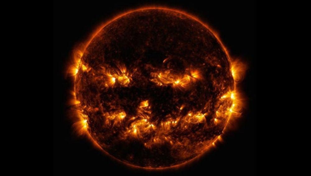 Imagen del Sol en la que parece una calabaza iluminada estilo Halloween