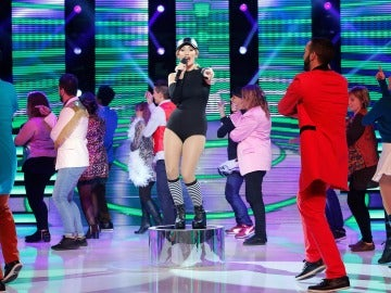 Ana Morgade saca al público a bailar la coreografía de 'Saturday night'