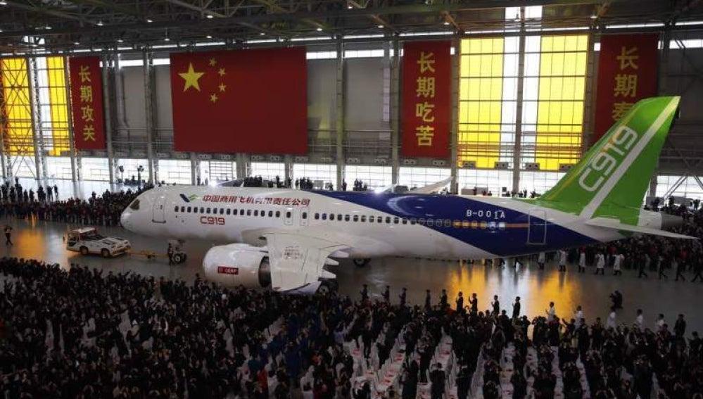 China presenta su primer avión comercial