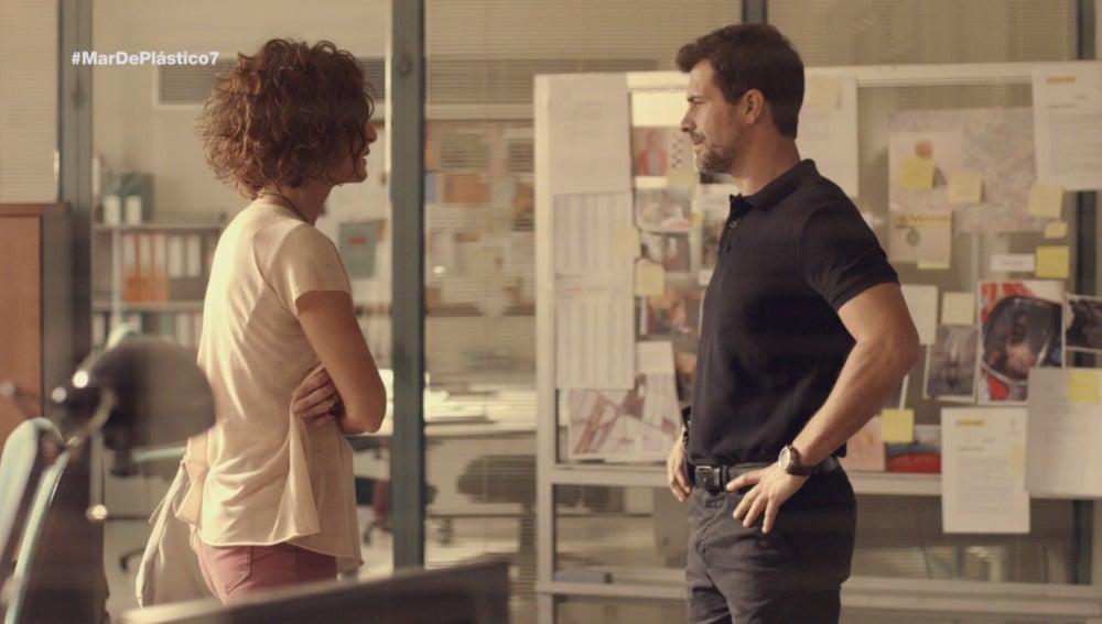 Marta y Héctor hablan en el cuartel