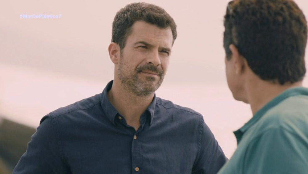 Héctor habla con Juan Rueda