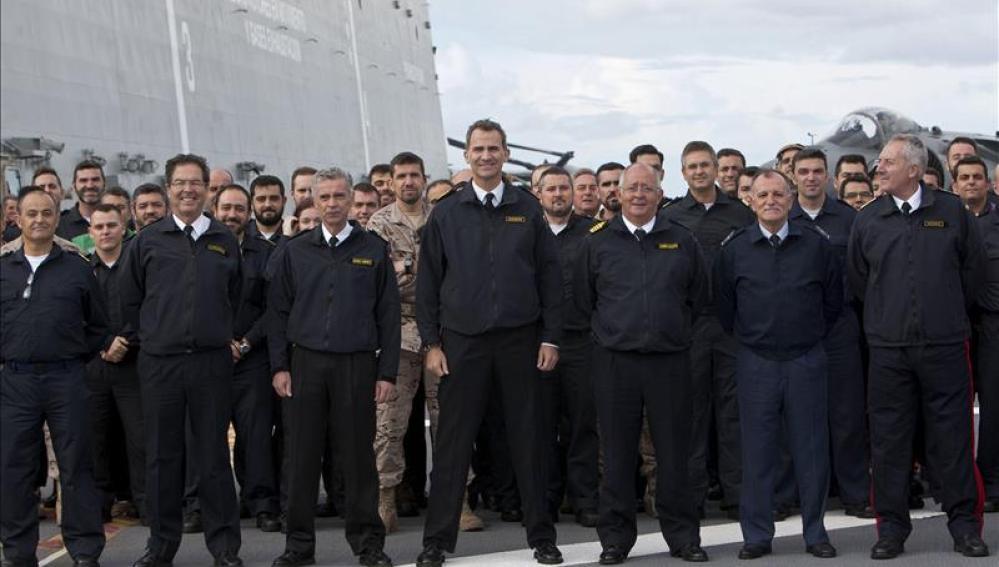 El Rey Felipe VI posa con varios altos mandos y la tripulación en el portaaviones Juan Carlos I