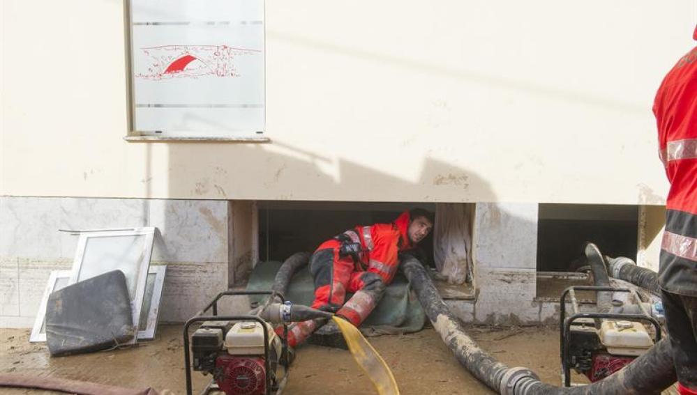 Bomberos realizan sus trabajos ante la residencia geriátrica
