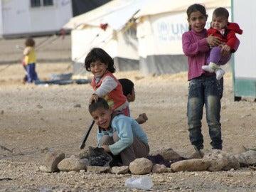 Varios niños sirios refugiados de la guerra