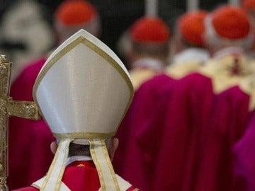 Sacerdotes durante una misa