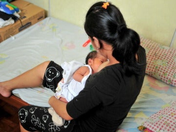 Una madre amamantando a su hijo