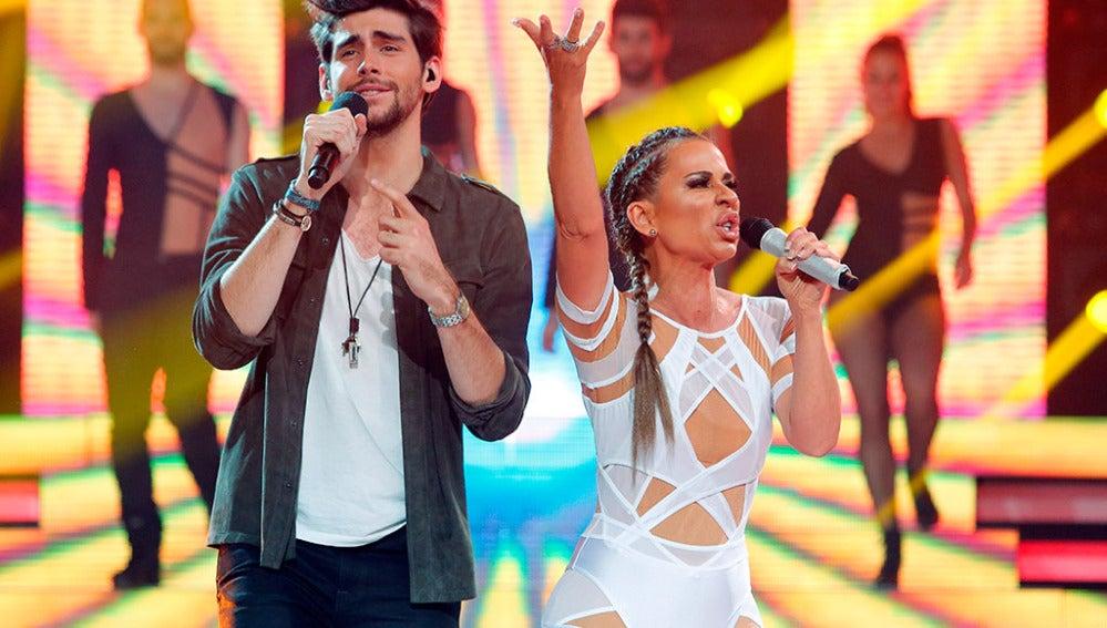 Vicky Larraz imita a Jennnifer López junto a Álvaro Soler