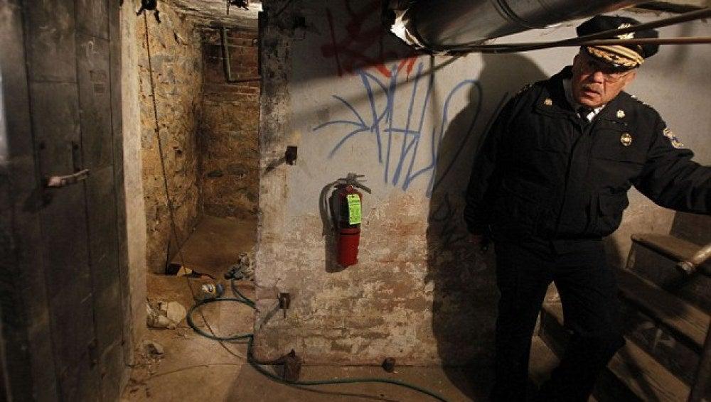 La Policía examina uno de los zulos donde se encontraban los rehenes.