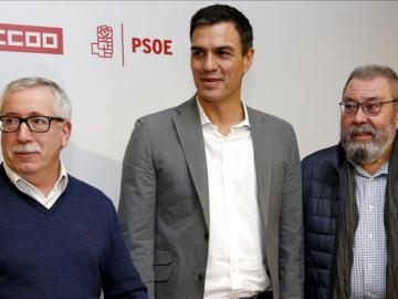El líder socialista Pedro Sánchez junto a  los secretarios generales de UGT, Cándido Méndez, y de CCOO, Ignacio Fernández Toxo