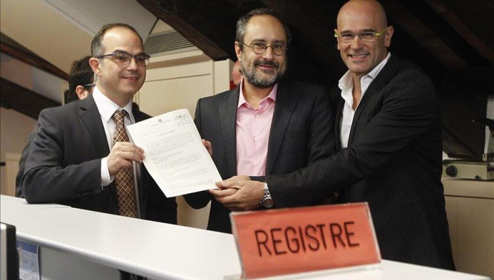 Raül Romeva y Jordi Turull de Junts pel Sí y Antonio Baños de la CUP presentan la declaración.