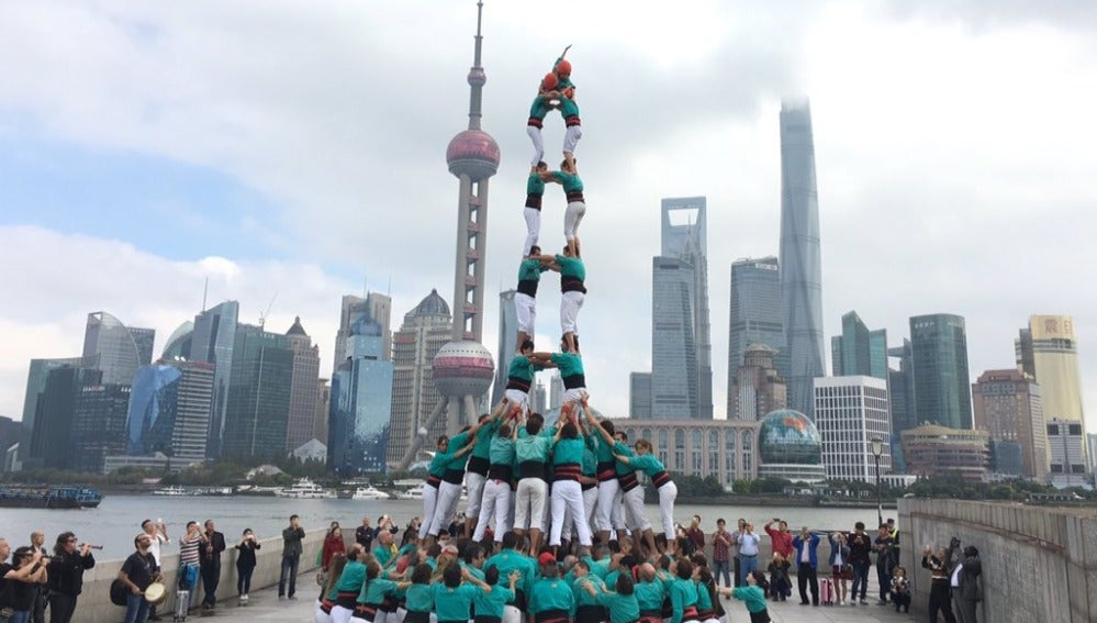 La torre humana de los Castellers de Villafranca en Shanghai