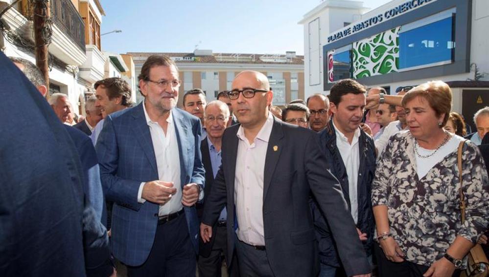Mariano Rajoy acompañado por el alcalde de Huércal-Overa