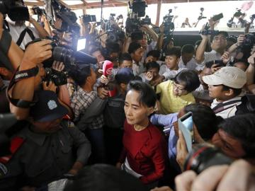 Miles de birmanos expresan su apoyo a Aung San Suu Kyi