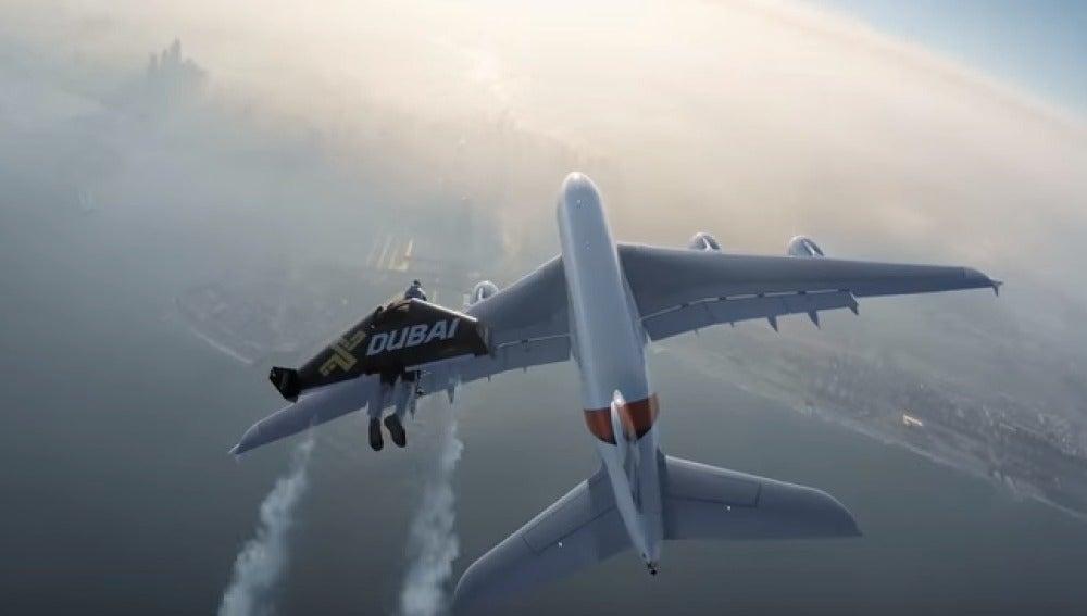 Vuelan con mochilas propulsoras junto a un Airbus A380