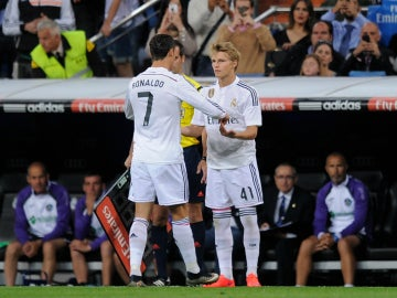 Odegaard entra en el terreno de juego por Cristiano Ronaldo
