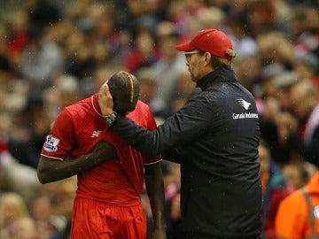 Klopp consolando a su jugador lesionado Sakho