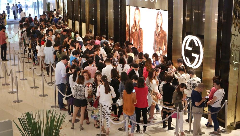 Colas para poder comprar en las tiendas en China