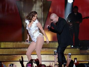 Jennifer Lopez y Wisin interpretando Adrenalina