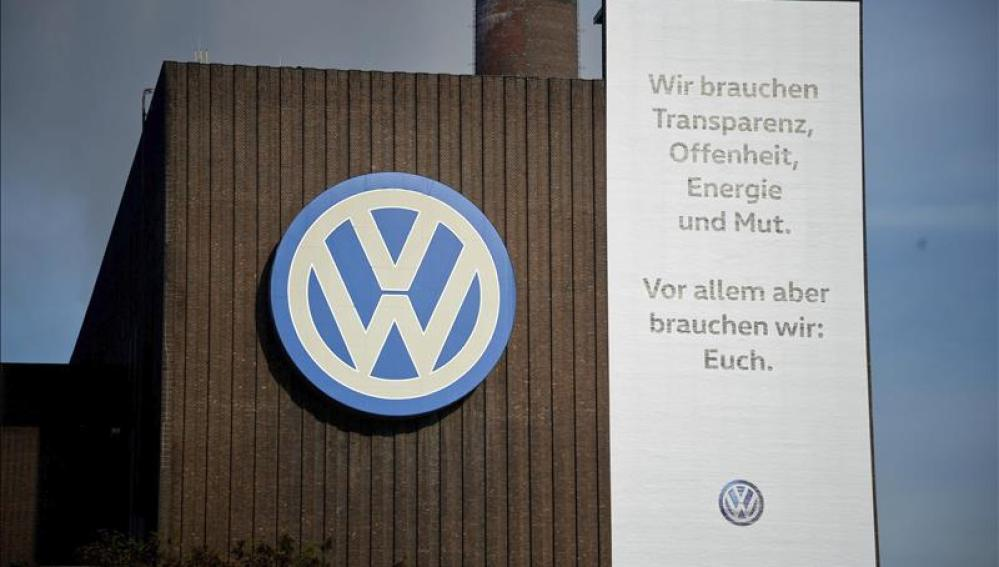 Logotipo de Volkswagen en la fábrica de Volkswagen en Wolfsburgo