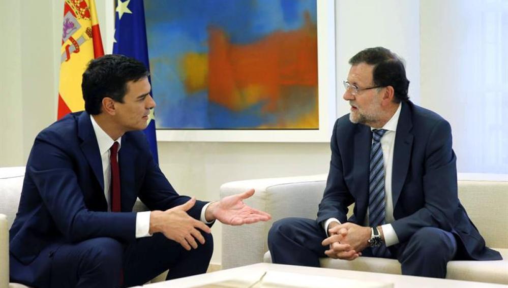 Mariano Rajoy conversa con Pedro Sánchez en la Moncloa