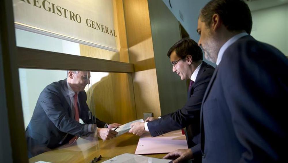 El secretario de Estado de Relaciones con las Cortes, Jose Luis Ayllon, y el Subsecretario del Ministerio de Presidencia, Federico de Ramos, presentaron ayer la petición al Consejo de Estado